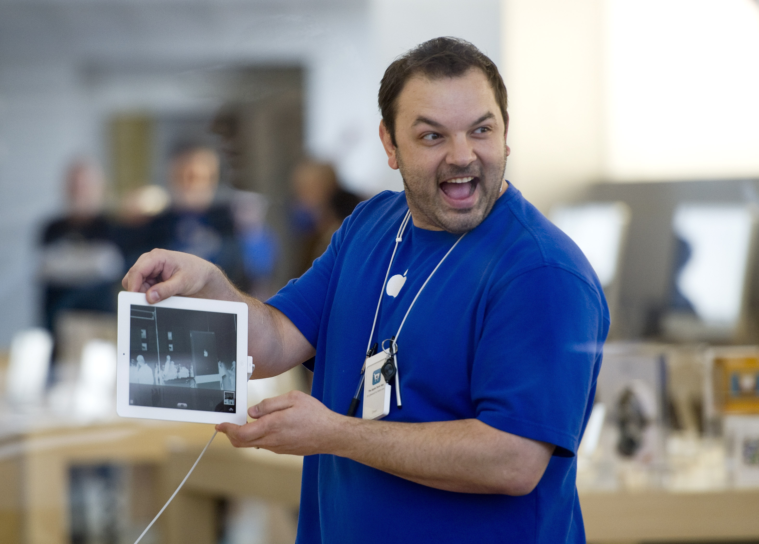Apple employee shows iPad 2 in Chicago
