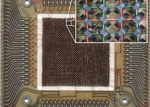 Кеннет Олсен запатентовал память на магнитных сердечниках