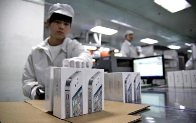 foxconn-worker-iphone
