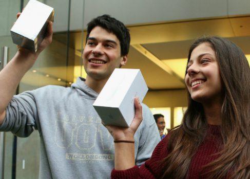 Apple отменяет правило «Два iPhone 5 в одни руки»