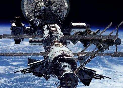 Российский экипаж МКС впервые передал научные данные на Землю по лазерному каналу