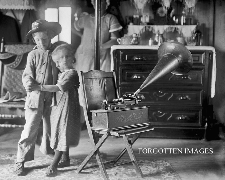 children_dancing_to_an_edison_phonograph