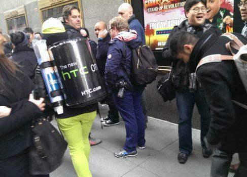 HTC и LG троллят SAMSUNG в центре Нью-Йорка