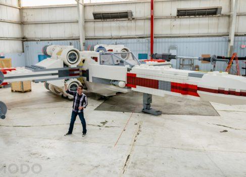 Полноразмерный истребитель X-Wing из LEGO