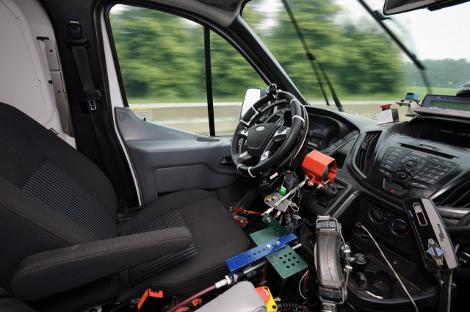 FORD тестирует новый Transit с помощью роботов