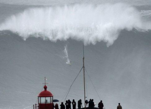 Покорение самой большой волны серфером [видео]
